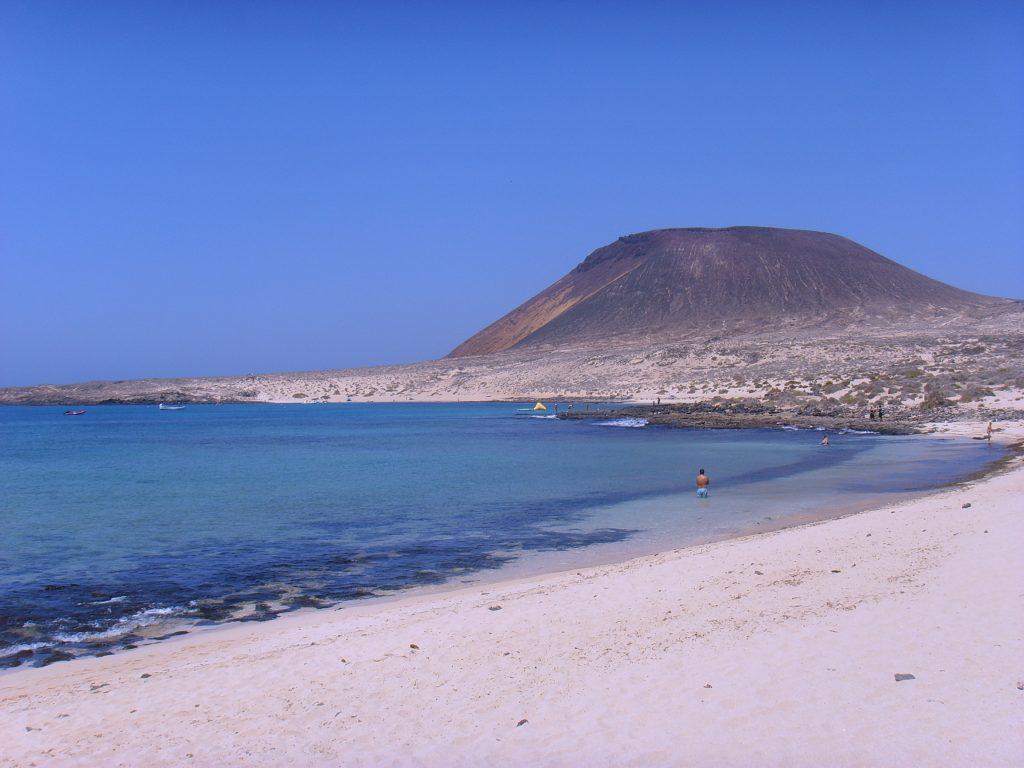 Strandbesuch bei der La Graciosa Katamaran Tour