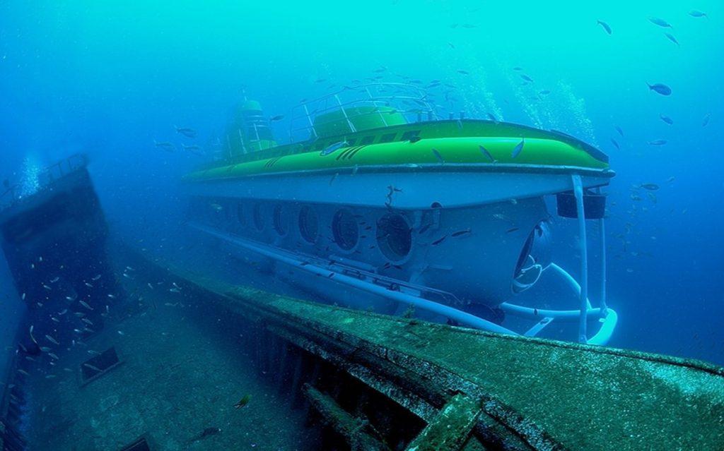 Das U-Boot passiert einige Schiffwracks