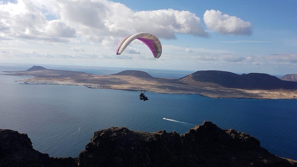 Gleitschirm Flug mit La Graciosa im Hintergrund