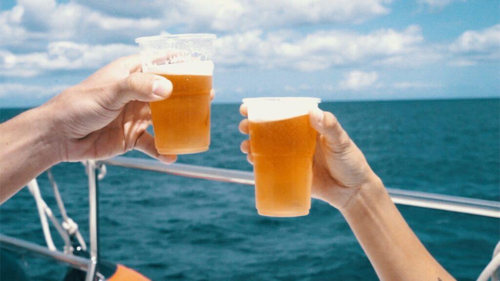 An Bord gibt es kühle Getränke